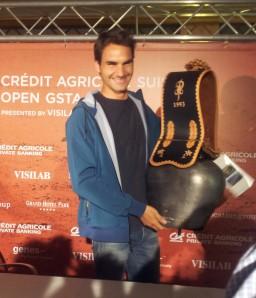Federer erhält eine Glocke als Geschenk.